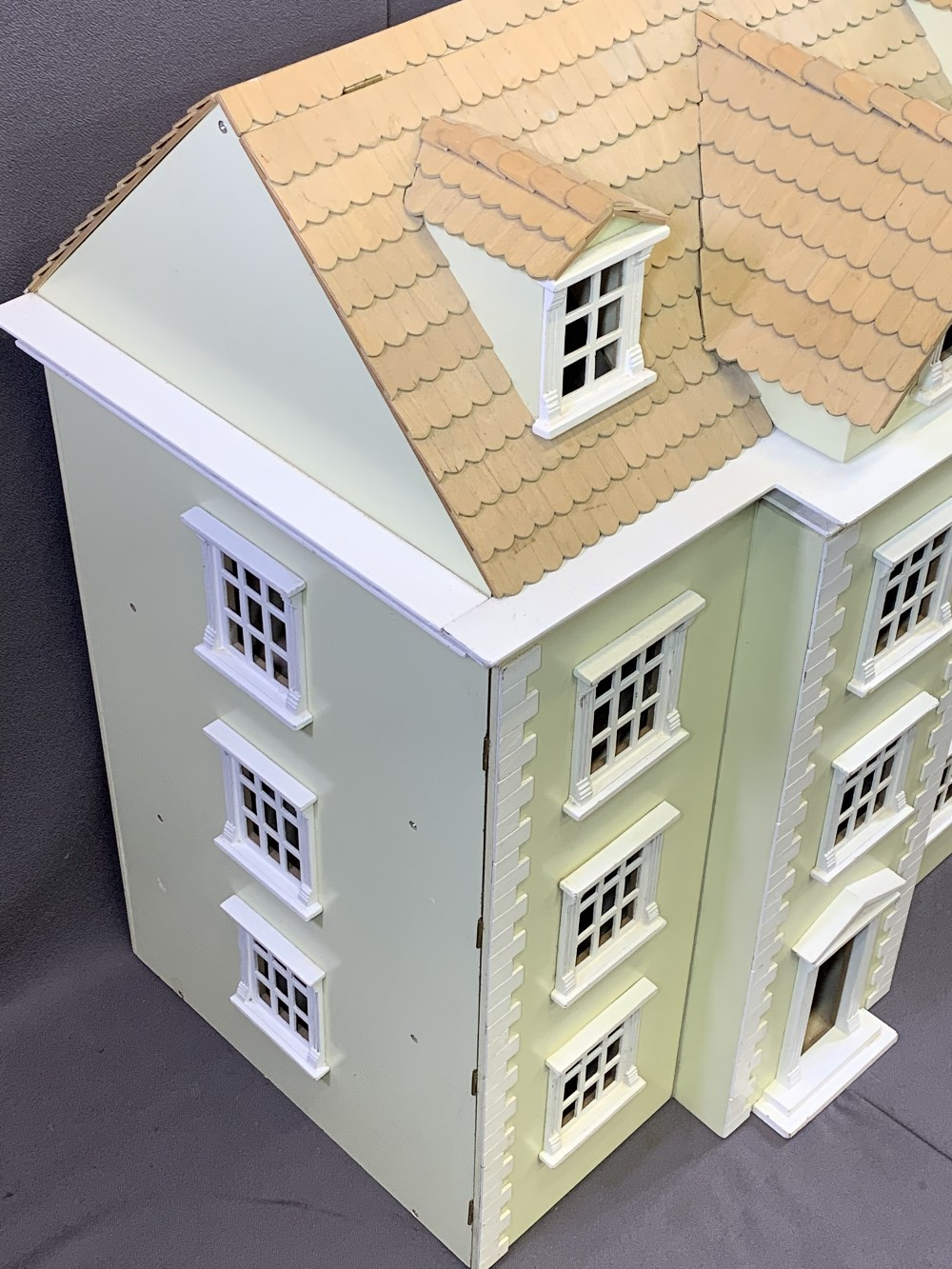 NICE QUALITY GEORGIAN STYLE DOLL'S/MINIATURES HOUSE, opening front and roof, 85.5cms overall H, - Image 3 of 5