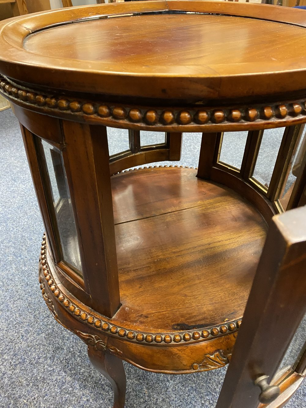 REPRODUCTION HARDWOOD DRUM TYPE DRINKS CABINET having a lift-off circular tray top, beaded and - Image 2 of 4