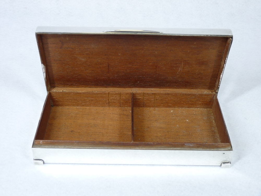 AN OBLONG ENGINE TURNED SILVER MOUNTED CIGARETTE BOX with two interior compartments and on neat - Image 3 of 3