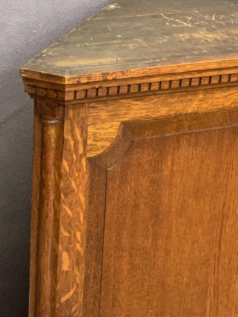 VINTAGE OAK WALL HANGING CORNER CUPBOARD having a dentil cornice and quarter cut pillars flanking - Image 2 of 4