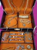 VICTORIAN & LATER JEWELLERY & DRESS RINGS IN A VINTAGE JEWELLERY CASE - a good selection to include