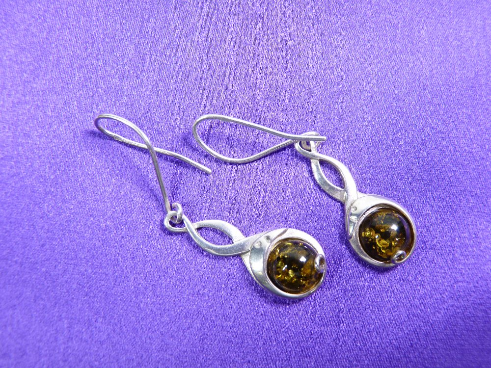 A GREEN AMBER NECKLACE & EARRINGS WITH SILVER CHAIN - 4.5grms - Image 3 of 3