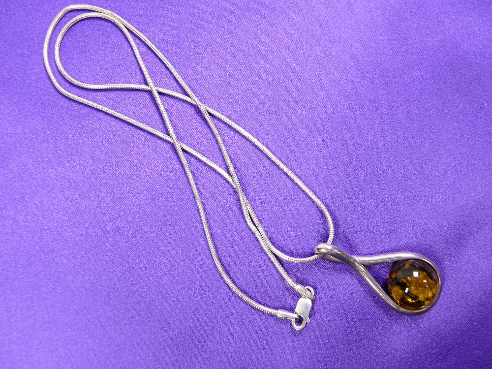 A GREEN AMBER NECKLACE & EARRINGS WITH SILVER CHAIN - 4.5grms - Image 2 of 3