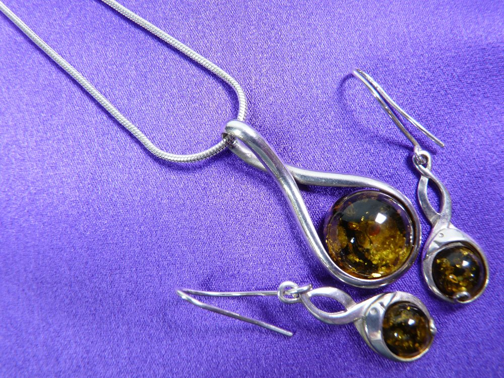 A GREEN AMBER NECKLACE & EARRINGS WITH SILVER CHAIN - 4.5grms