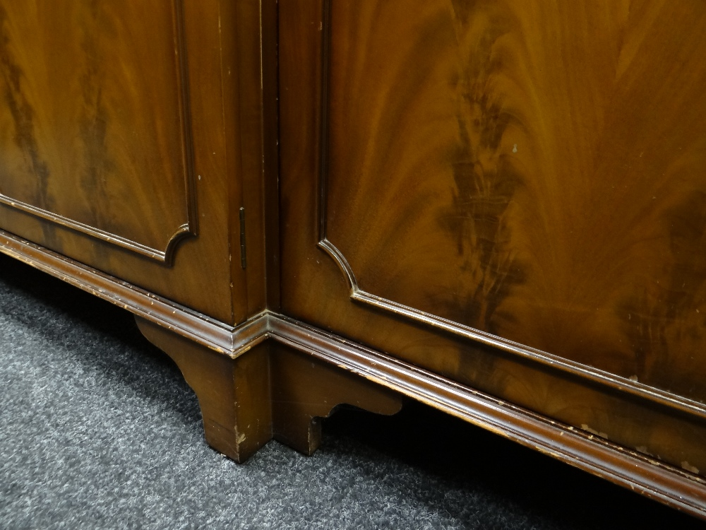 MODERN REPRODUCTION GEORGIAN-STYLE BREAKFRONT BOOKCASE, 196 x 36 x 201cms Condition: generally - Image 11 of 12