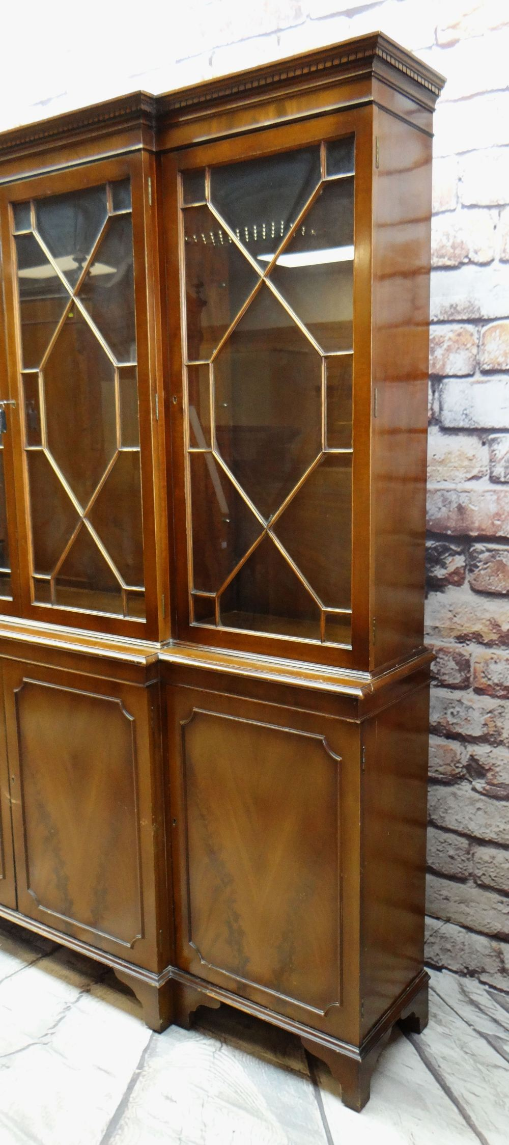 MODERN REPRODUCTION GEORGIAN-STYLE BREAKFRONT BOOKCASE, 196 x 36 x 201cms Condition: generally - Image 3 of 12