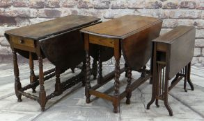 18TH CENTURY OAK GATELEG TABLE, oval drop leaf sides above baluster turned uprights and later