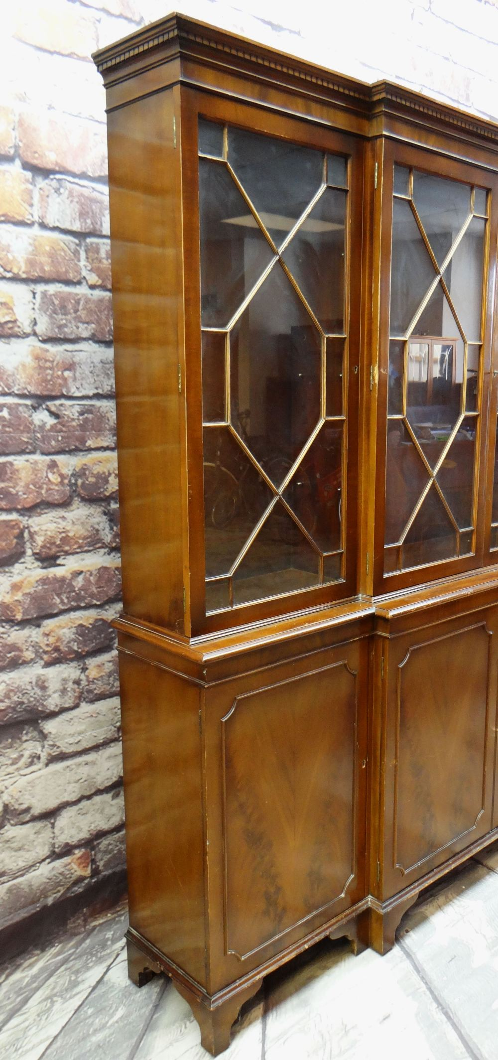 MODERN REPRODUCTION GEORGIAN-STYLE BREAKFRONT BOOKCASE, 196 x 36 x 201cms Condition: generally - Image 2 of 12
