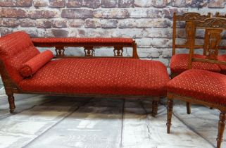 VICTORIAN OAK FRAMED CHAISE LONGUE & FOUR MATCHING SIDE CHAIRS, similarly upholstered in red