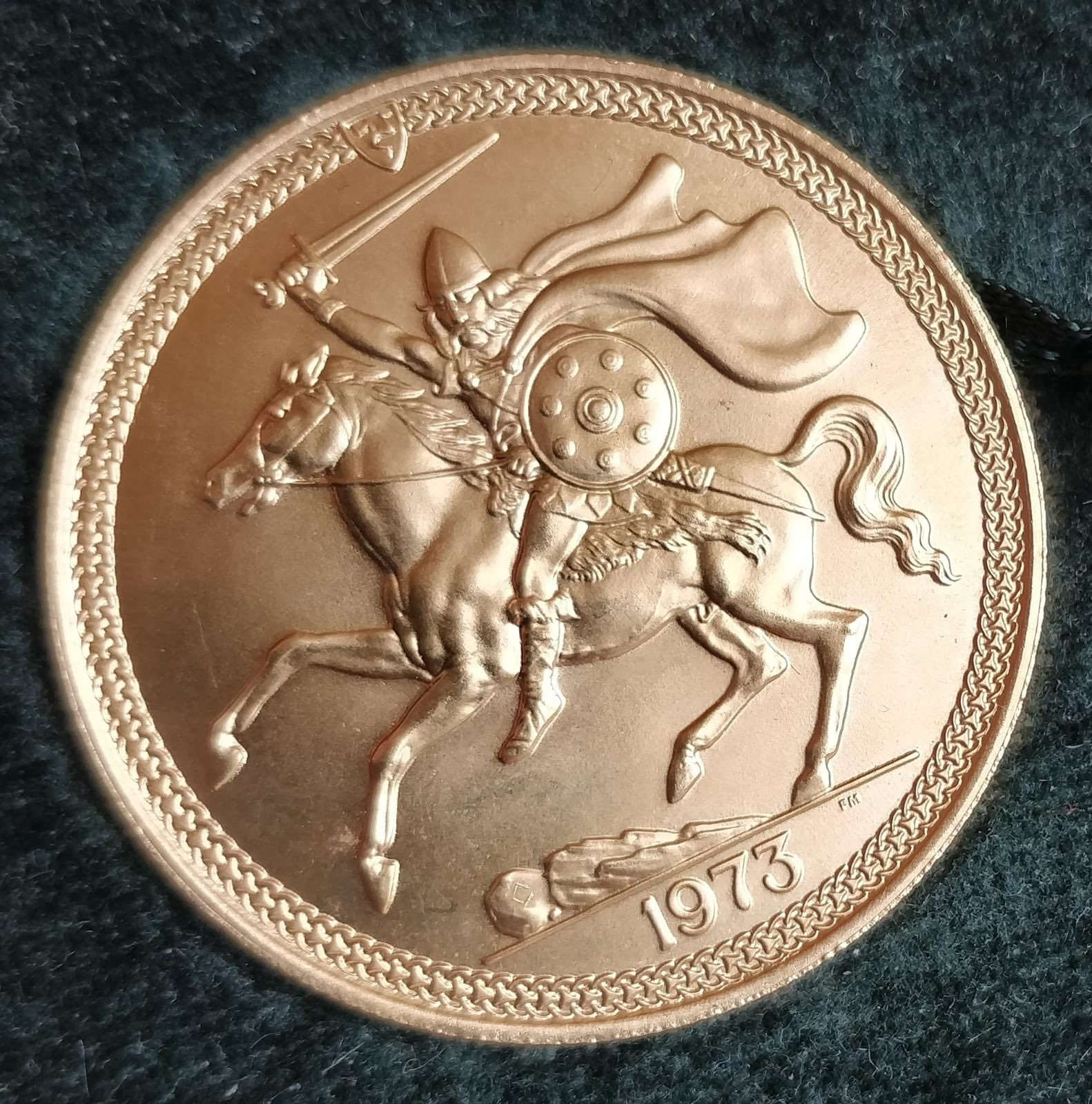 POBJOY MINT ISLE OF MAN 1973 GOLD FOUR COIN SOVEREIGN SET comprising £5 coin, £2 coin, sovereign and - Image 2 of 4