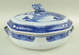 CHINESE BLUE & WHITE PORCELAIN VEGETABLE TUREEN & COVER, late Qianlong/Jiaqing, of shaped oval form,