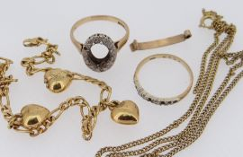 SMALL QUANTITY OF YELLOW METAL JEWELLERY comprising two 9ct gold rings, bracelet with heart