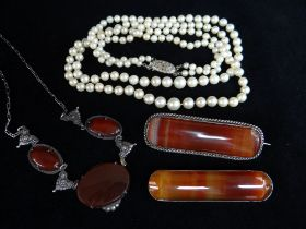 ASSORTED JEWELLERY comprising two banded agate bar brooches, double strand pearl necklace with
