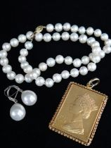 ASSORTED JEWELLERY comprising silver gilt 25th Anniversary of the Coronation 1953-1978 £5 pendant,