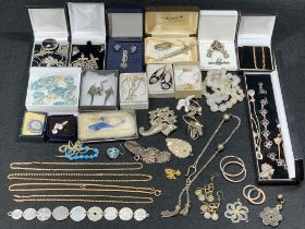 9CT GOLD, STERLING SILVER & OTHER JEWELLERY - a good assortment of to include a 9ct gold stamped