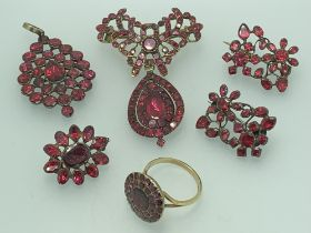 A SUITE OF 19TH CENTURY FOIL BACKED GARNET JEWELLERY including a circular set 9ct gold ring, size