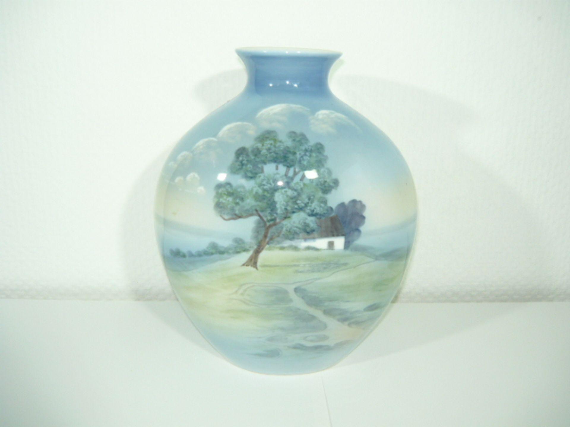 B& G Copenhagen. Große bauchige Vase mit umlaufender Landschaftsmalerei. H. ca. 25cm. KOSTENLOSER