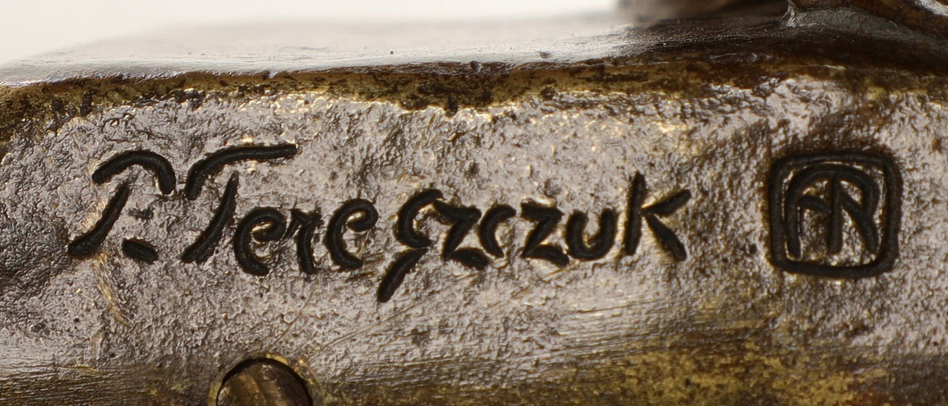 Peter Tereszczuk: Pierrot. Signiert P. Tereszczuk. Bronze und Elfenbein. H. 10.5 cm B. 10.5 cm. - Bild 4 aus 4