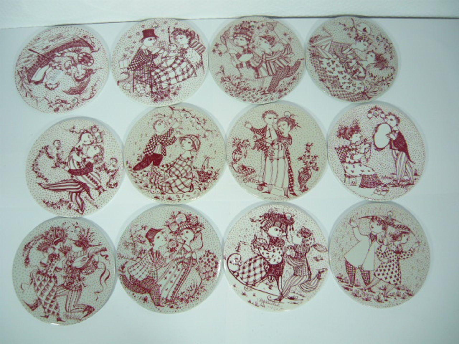 Bjørn Wiinblad für Nymølle. 12 Wandteller bzw. Brotteller in rot. Je Dm. Ca. 15cm. KOSTENLOSER