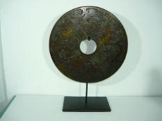 Große Bi-Scheibe mit geschnittenem bzw. geschliffenem Drachenmotiv. Jade-Art. Dm. 31cm. Gesamthöhe