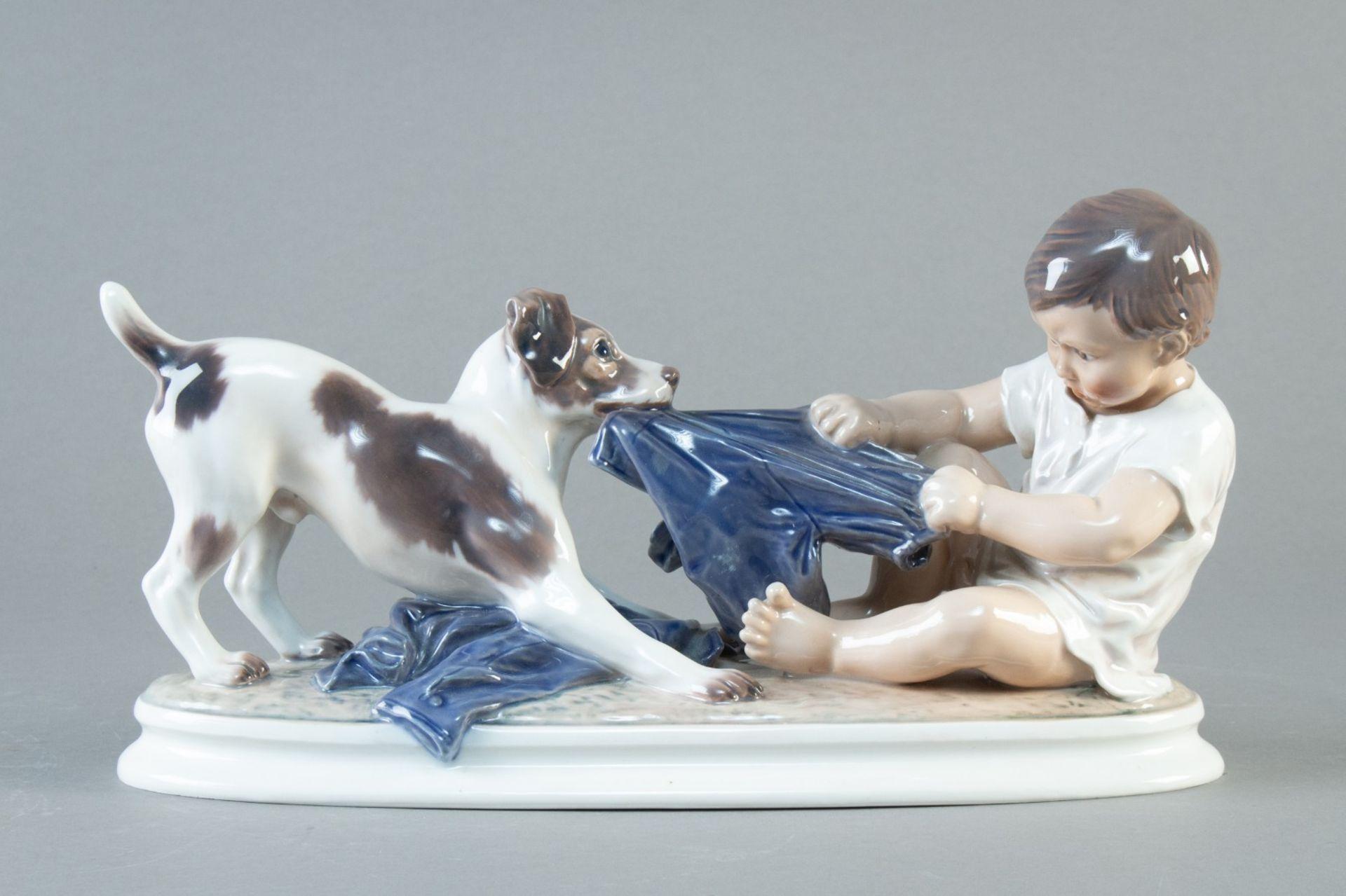 """Dahl Jensen, Copenhagen. """"Wer ist stärker"""" Junge mit Hund. Modell nr. 1072 . H. 17 cm. L. 31 cm."""