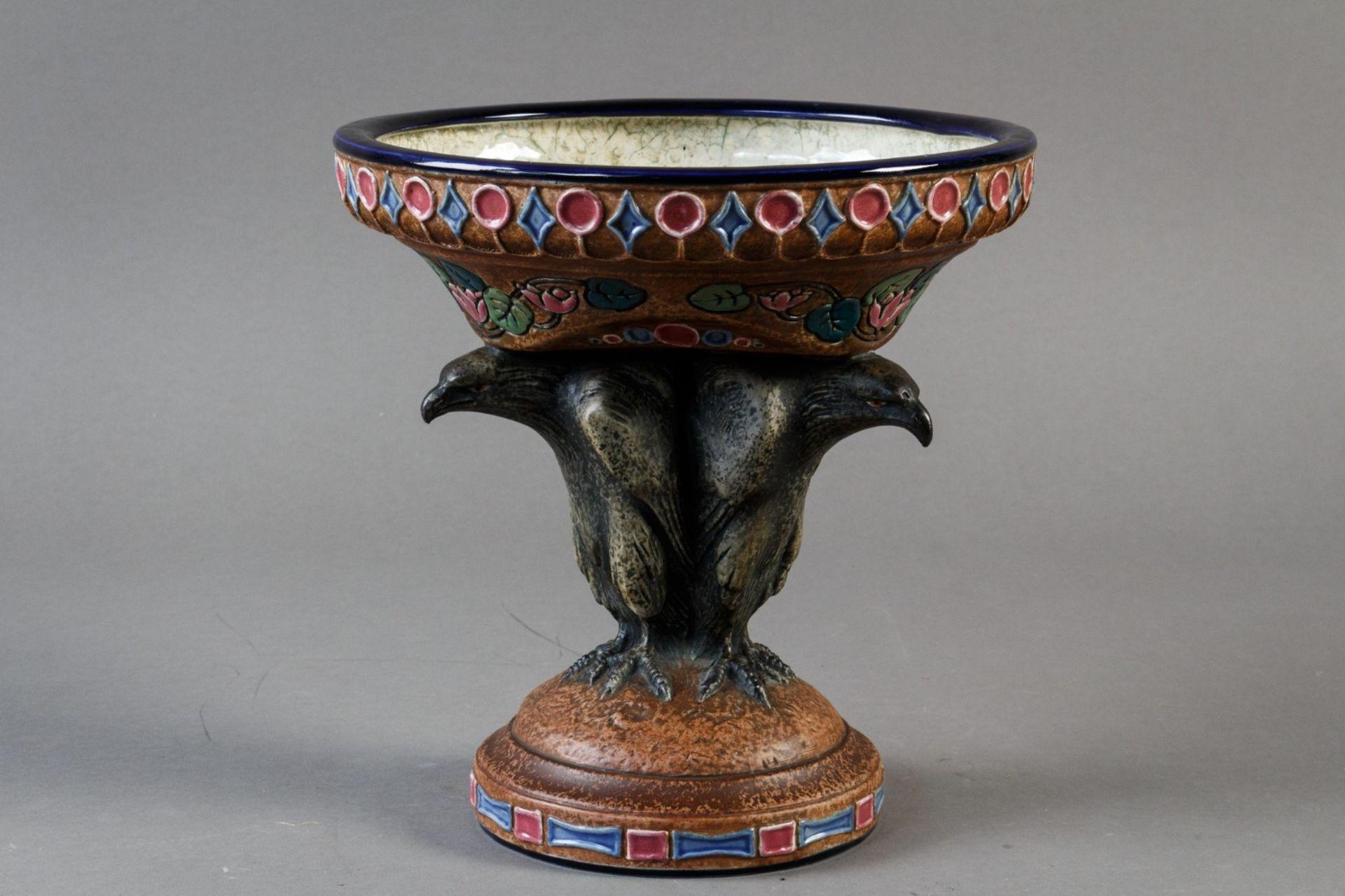 Amphora. Jugendstiletagere. Schale von drei Adlern getragen. Entwurf Max von Jungwirth. H. und Dm.