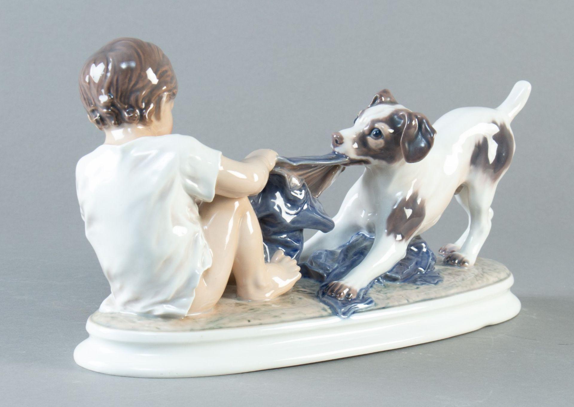 """Dahl Jensen, Copenhagen. """"Wer ist stärker"""" Junge mit Hund. Modell nr. 1072 . H. 17 cm. L. 31 cm. - Bild 2 aus 3"""