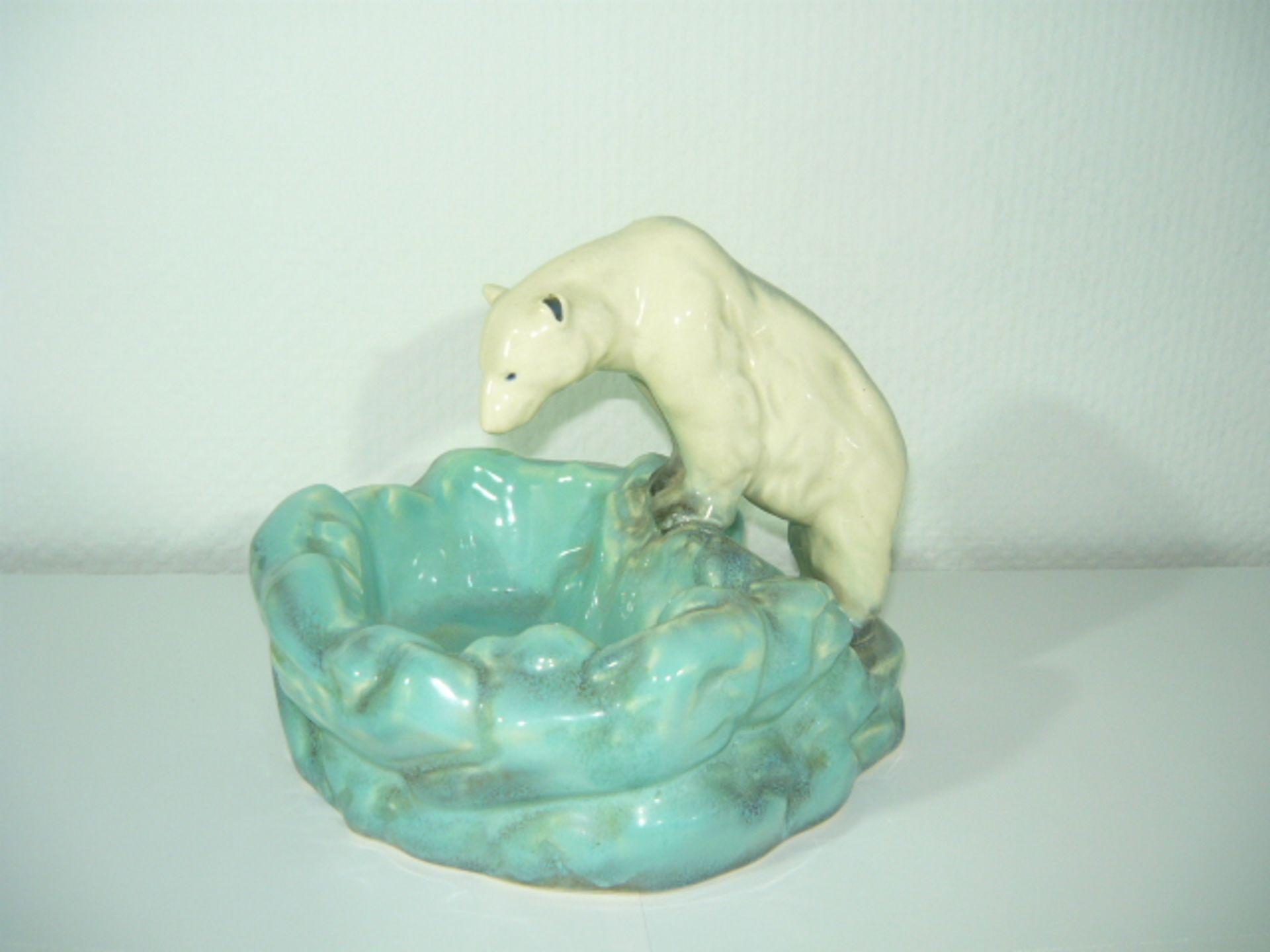 Eisbärenschale. Fayenceart. Handbemalt. Um oder nach 1900. H. ca. 20, B. ca. 25cm. KOSTENLOSER