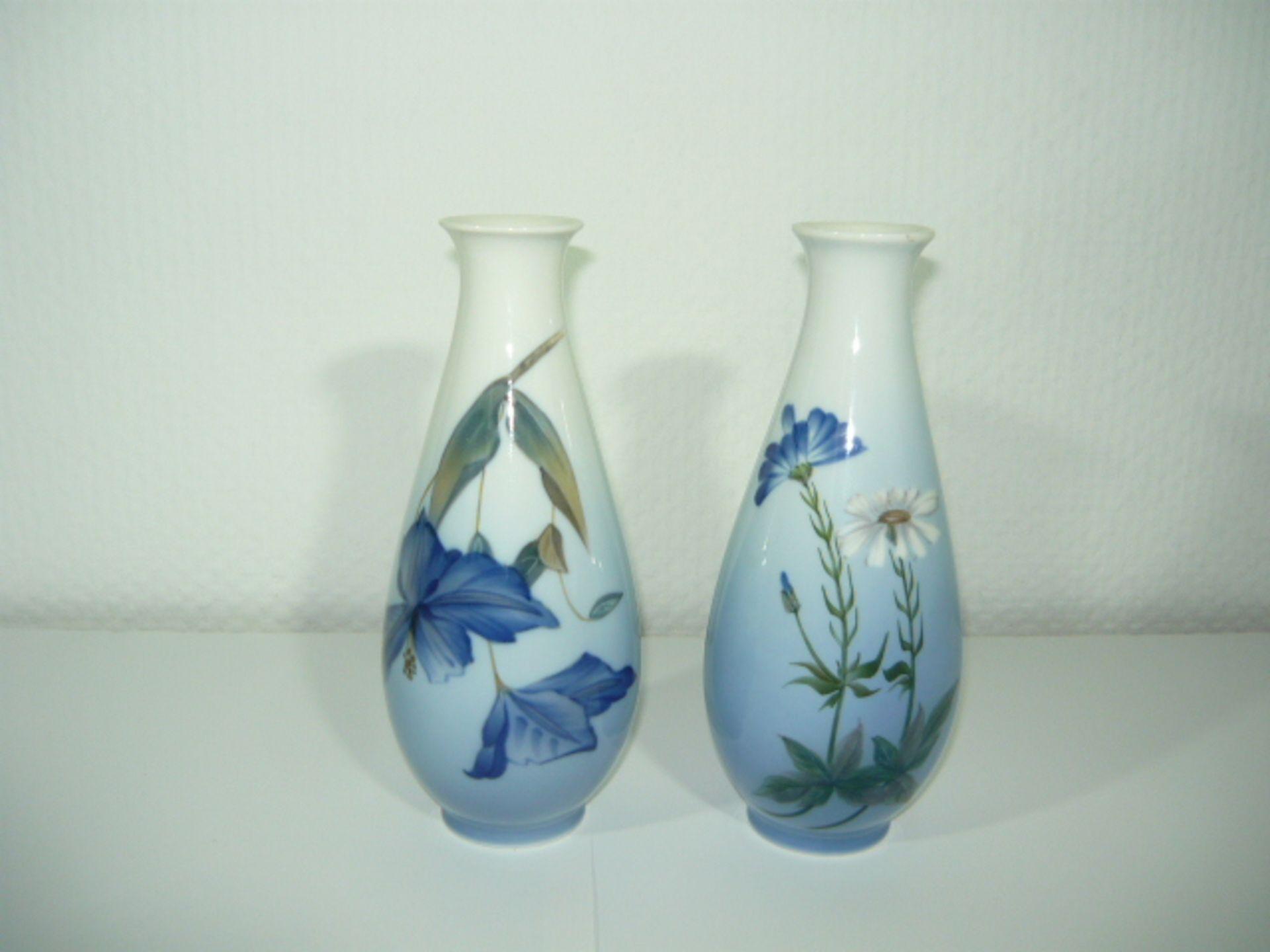 Royal Copenhagen. Paar Vasen mit zarter Blaumalerei. 20.Jhdt. H. je ca. 19cm. KOSTENLOSER VERSAND