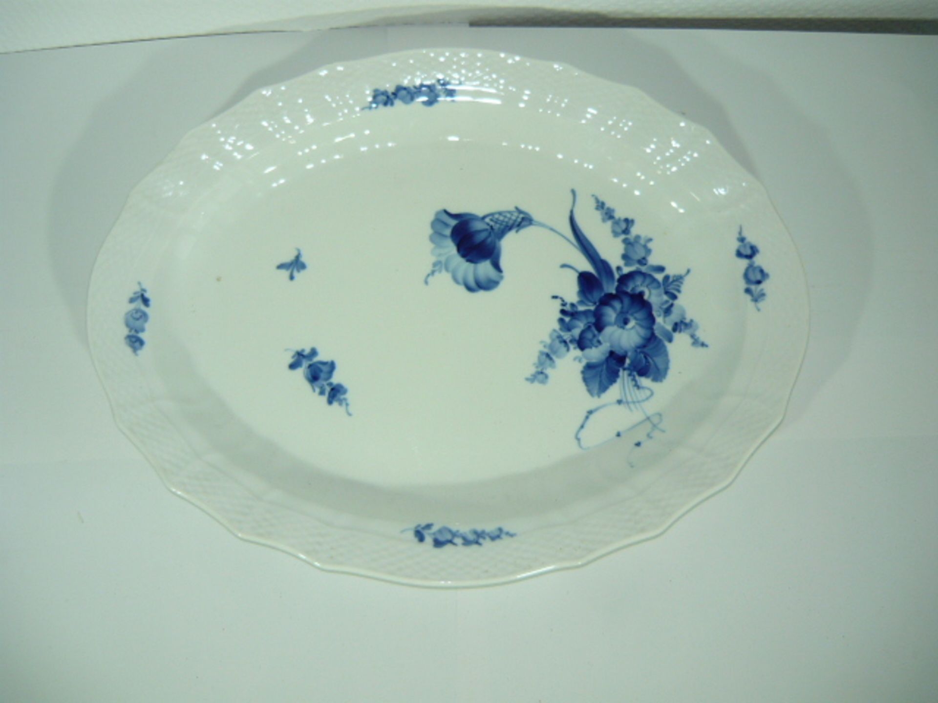 Royal Copenhagen. Blaue Blume. Übergroße Platte. II.W. L ca. 46cm. KOSTENLOSER VERSAND INNERHALB