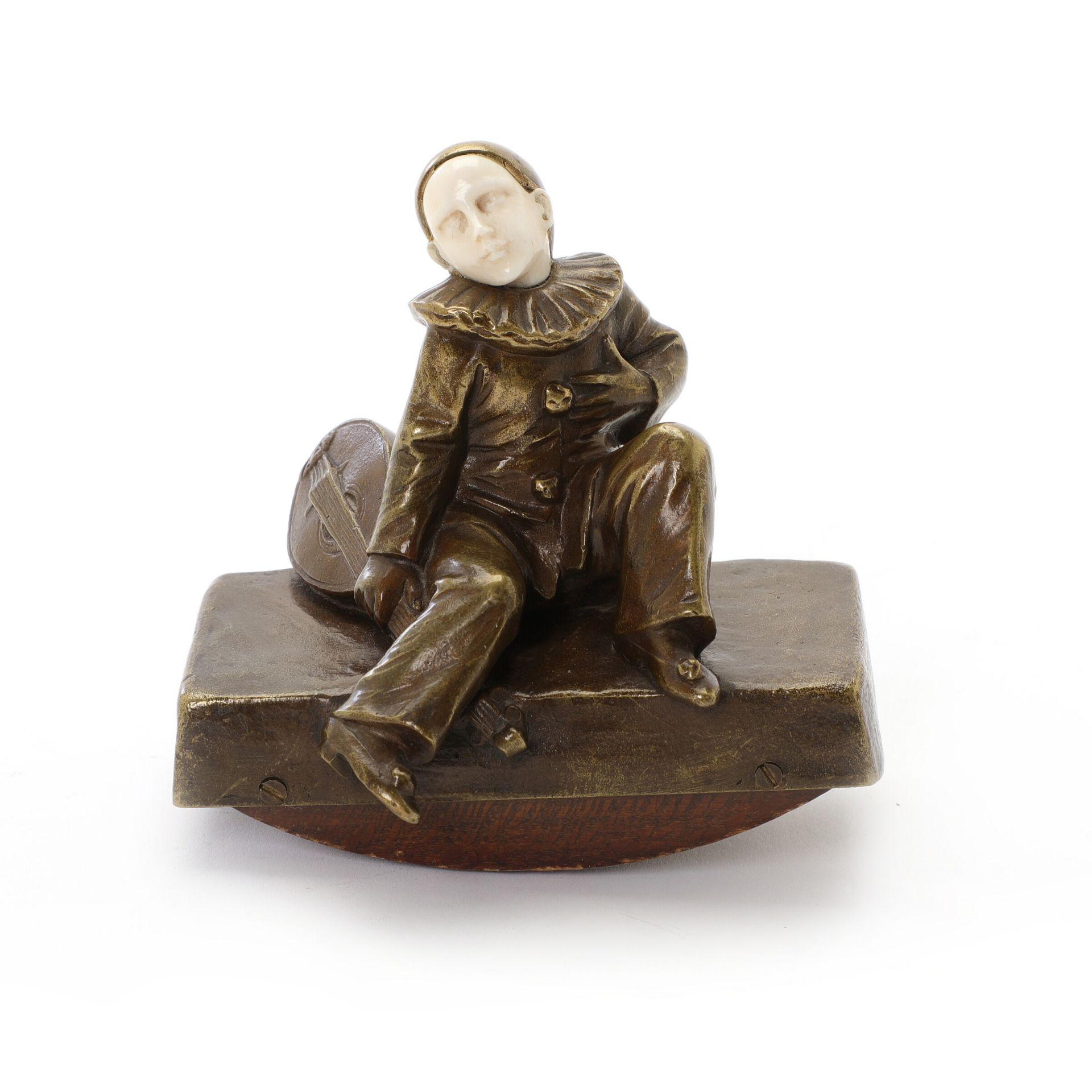 Peter Tereszczuk: Pierrot. Signiert P. Tereszczuk. Bronze und Elfenbein. H. 10.5 cm B. 10.5 cm. - Bild 2 aus 4