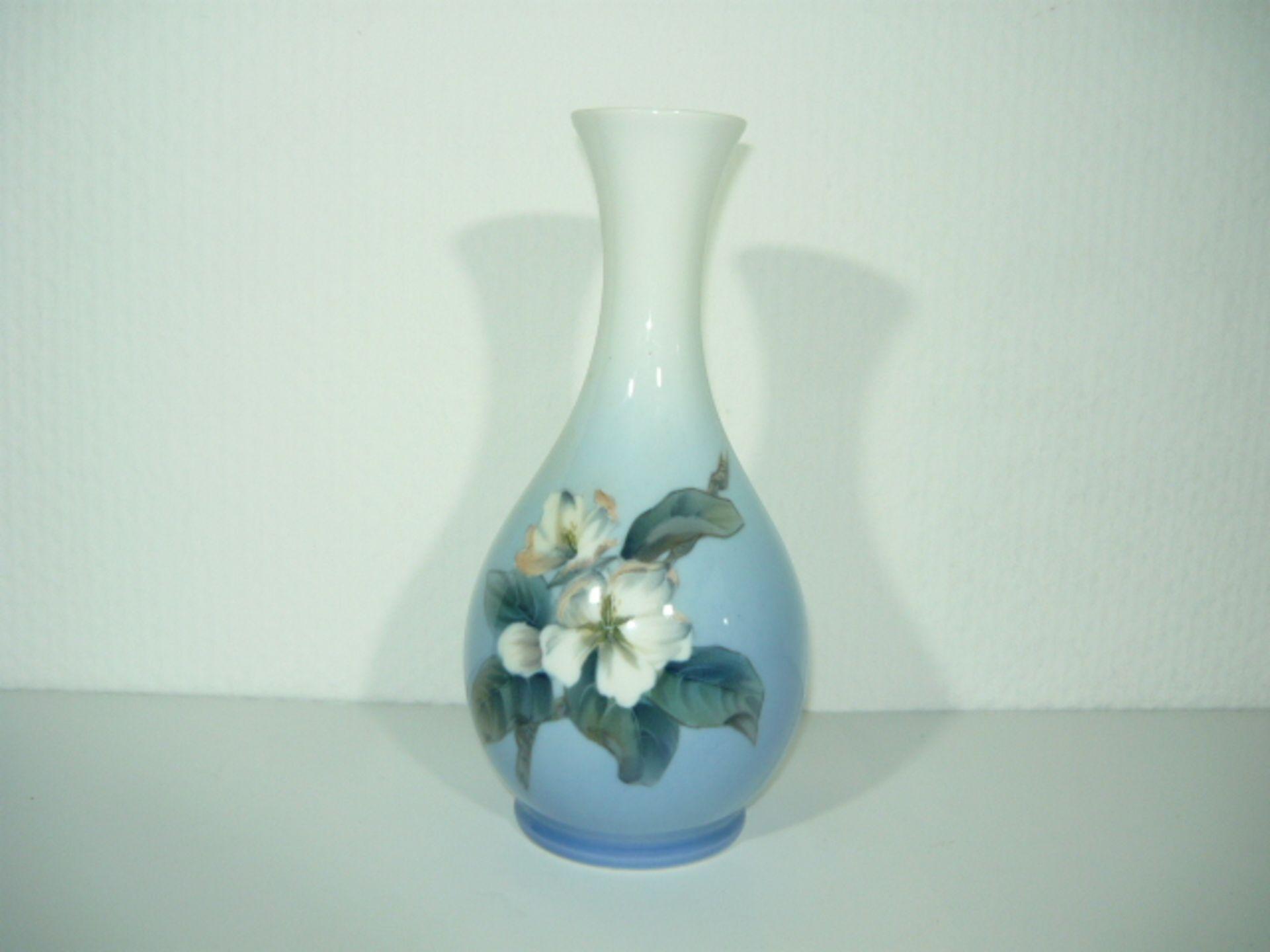 Royal Copenhagen. Vase mit Blütenzweig. H. ca. 22cm. KOSTENLOSER VERSAND INNERHALB DEUTSCHLANDS!
