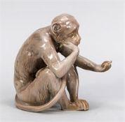 Sitzender Affe mit Schildkröte, Bing & Gröndahl, Kopenhagen. Entwurf Jens Peter Dahl-Jensen (1874-