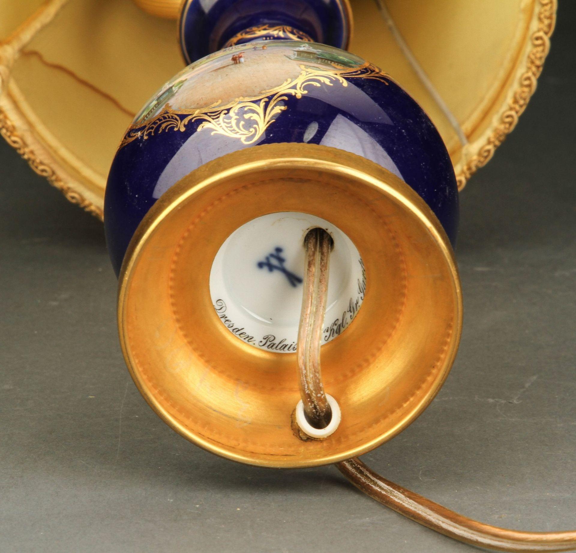 """Meissen (Schwerter). Prunklampe mit Kobaltfond und feine Malerei des """"Dresden Palais im Kgl. Gr. - Bild 3 aus 3"""