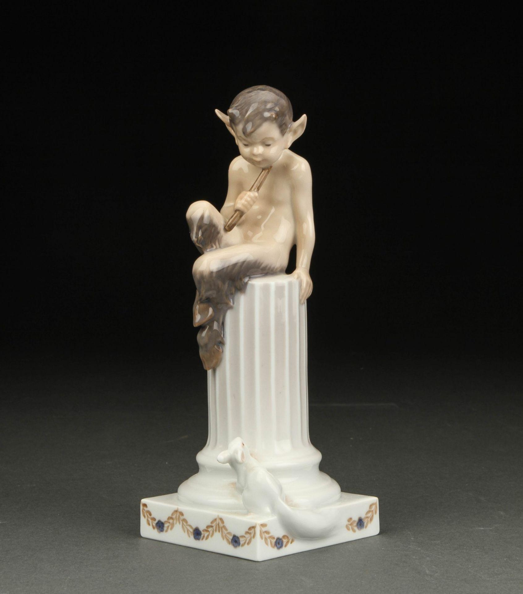 Royal Copenhagen. Faun auf Säule mit Eichhörnchen. Modell 456. Entwurf Christian Thomsen. Erste