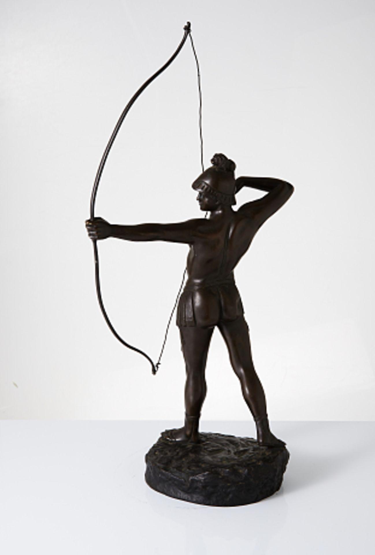 Gamboge. Stehender Bogenschütze. 1.H. 20.Jhdt. Bronze. In Plinthe sig. H. ca. 68cm. Altersspuren. - Bild 2 aus 3