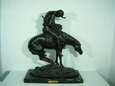 Remington (nach). Indianer mit Speer auf Pferd. Bronze auf Steinsockel. Posthumer Bronzerguß.
