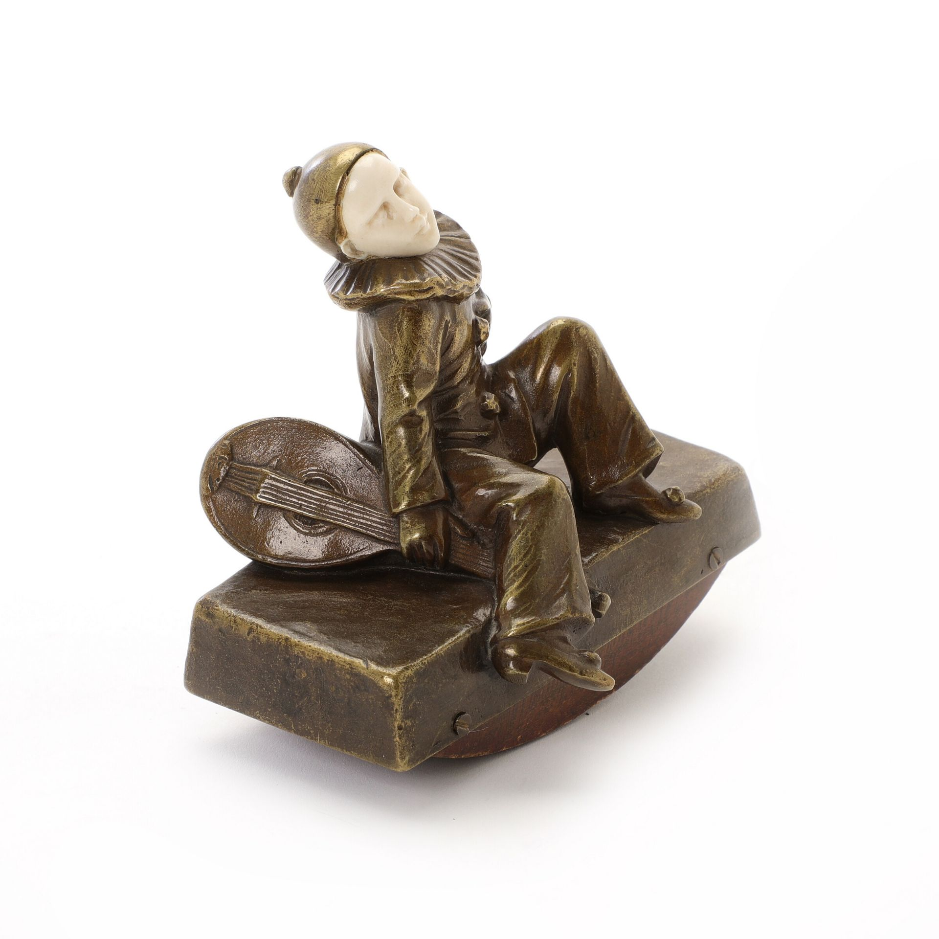 Peter Tereszczuk: Pierrot. Signiert P. Tereszczuk. Bronze und Elfenbein. H. 10.5 cm B. 10.5 cm.