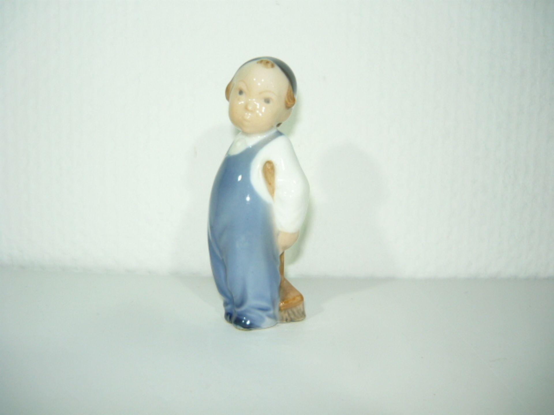 Royal Copenhagen. Seltene kleine Figur. Junge mit Besen. I.W. H. 12cm. KOSTENLOSER VERSAND INNERHALB