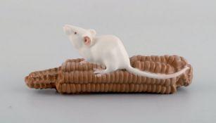 Royal Copenhagen Porzellanfirgur. Maus auf Maiskolben. Erste Hälfte 20.Jhdt. Modell 512. I.W. L.