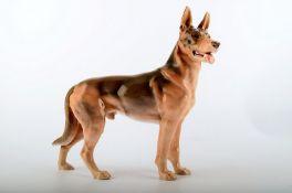 Bing & Grøndahl Porzellanfigur. Deutscher Schäferhund. Modell 2103. I.W. ca, 27x30cm.