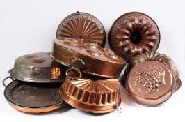 Konvolut. 11 Teile Kupfer. Drei Kuchenformen, vier Pastetenformen, drei Eierpfannen, eine Sti