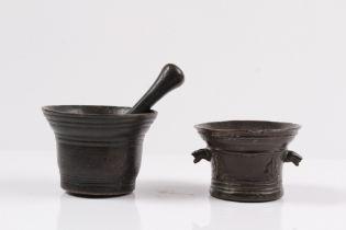 Zwei Mörser. 17. Jh. Bronze, patiniert. Rillendekor, Pistill. Ein Mörser besch. H: bis 6,5