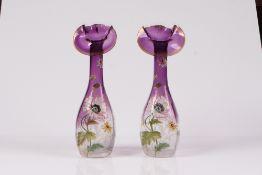 Paar Jugendstilvasen. Um 1900. Farbloses, leicht facettiertes Glas, im oberen Drittel violett