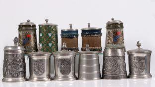 Konvolut. 11 Bierkrüge. 20. Jh. Sechs Zinnkrüge mit Gravur, drei Keramik, zwei Rosenthal, (