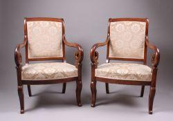 Paar Armlehnstühle. 19. Jh. Nussbaum massiv. Trapezförmiger Sitzrahmen, leicht ausgestellte