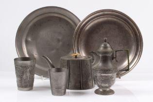 Konvolut Zinn. Sechs Teile. Zwei Platten Ø: bis 29 cm. Teekanne, Wasserkännchen und zwei Be