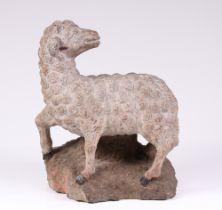Skulptur eines Lammes. Franken, 17./18. Jh. Sandstein gehauen. Auf einem Sockel stehendes Lam