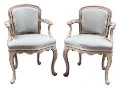 Paar Fauteuils. Italien, 18. Jh. Paar Damensessel. Holz, grau und silber gefasst. Geschweifte