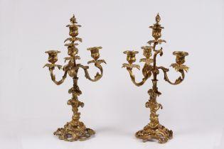 Paar Kerzenleuchter. Frankreich, Barockstil. 19. Jh. Bronze vergoldet. Geschweifter Standfuß